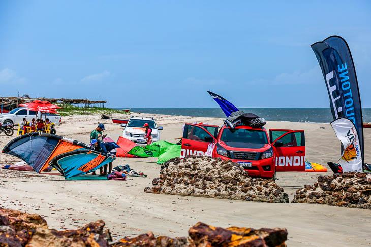 Kitesurferinnen vor dem Start am Strand