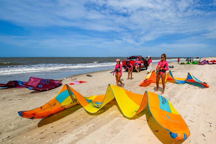 Kitesurferinnen am Strand in Brasilien
