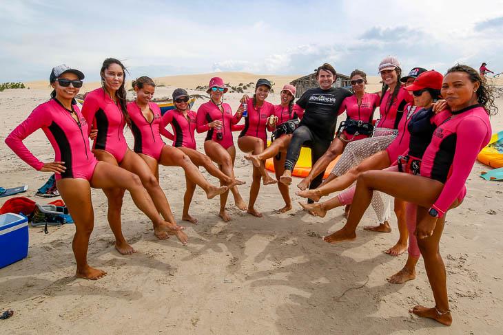 Kitesurferinnen gönnen sich eine kleine Pause am Strand