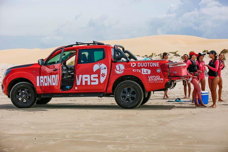 Begleitfahrzeug am Strand beim Iron Divas Kite-Event